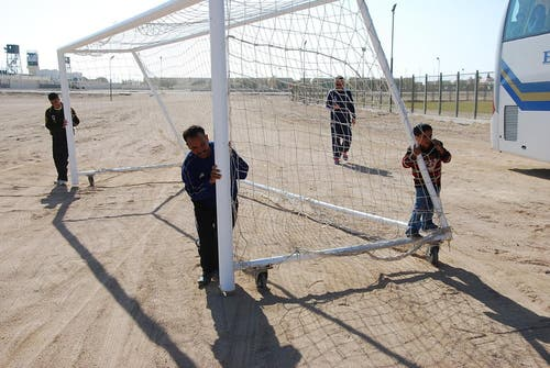 Die Mitarbeiter des FC El Gouna, der Samih Sawiris gehört, tansportieren ein Tor vom Stadion zum FCL-Trainingsplatz. (Bild: Daniel Wyrsch / Neue LZ)