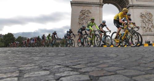 Ein Teil der Etappe wird auf Pavés gefahren. (Bild: AP / Laurent Cipriani)