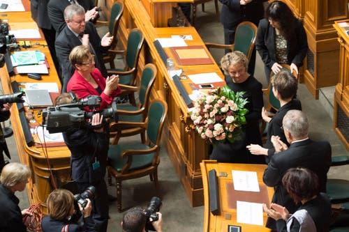 Bundesrätin Eveline Widmer-Schlumpf, rechts, wird mit Blumen verabschiedet. (Bild: PETER SCHNEIDER)