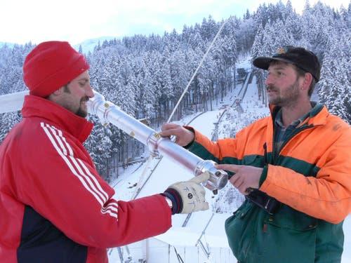 Für die Herrichtung der grössten Naturschanze der Welt werden rund 4000 Kubikmeter Schnee benötigt. Dazu wird auch viel maschinell erzeugten Schnee produziert. (Bild: PD)
