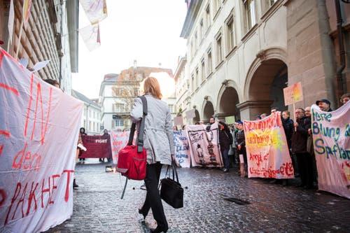 Protestaktion vor dem Regierungsgebäude (Bild: Manuela Jans-Koch)
