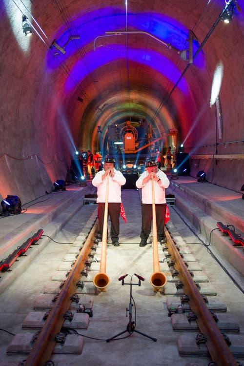 Alphornbläser bei ihrer Darbietung im längsten Eisenbahntunnel der Welt zwischen Erstfeld nach Biasca. (Bild: SIGI TISCHLER)