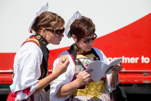 Festteilnehmerinnen betrachten ihre Resultate am Zentralschweizer Jodlerfest. (Bild: Philipp Schmidli)