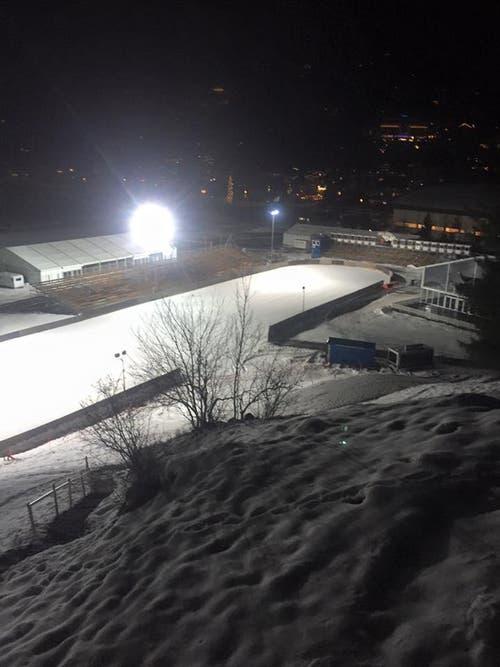 Engelberg ist bereit für die Skispringen am Wochenende. Ein weisses Engelberg macht sich bei den Zuschauern vor Ort und am Fernsehen viel besser, als wenn abseits der Schanze alles grün ist. (Bild: PD)