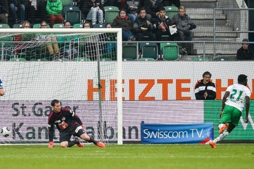 Edgar Salli von St. Gallen,rechts, trifft zum 1-0 gegen Goalie David Zibung. (Bild: Keystone / Gian Ehrenzeller)