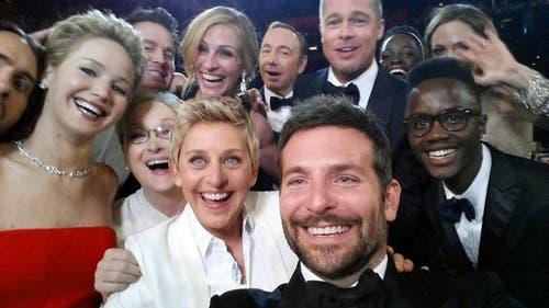 Ist es das Selfie des Jahres? Die Hollywood-Schauspieler Jared Leto, Jennifer Lawrence, Meryl Streep, Talkerin Ellen DeGeneres, Bradley Cooper, Peter Nyong'o Jr. and, hinten von links: Channing Tatum, Julia Roberts, Kevin Spacey, Brad Pitt, Lupita Nyong'o and Angelina Jolie an den Oscar-Verleihungen im März. (Bild: Ellen DeGeneres / Keystone)