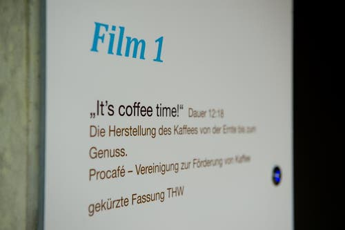 «It's coffee time». Im Tropenhaus wird ein Film über die Herstellung des Kaffees gezeigt. (Bild: Dominik Wunderli / Neue LZ)