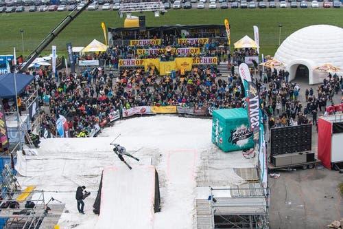 Blick von der Startrampe des Big Air Contests auf das Festgelände. (Bild: Roger Grütter / Neue LZ)