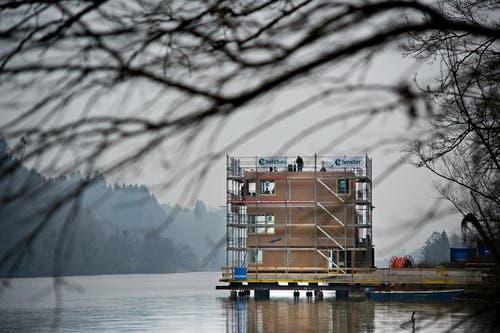7. April 2013: Der Zielturm am Rotsee hat inzwischen seine neue Form erhalten. Jetzt steht der Innenausbau an. (Bild: Pius Amrein / Neue LZ)