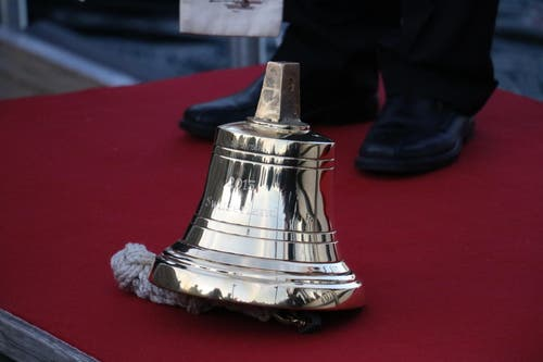 Die Schiffsglocke des neuen Fahrgastschiffes wurde am Donnerstagabend überreicht. (Bild: Stefanie Nopper / Luzernerzeitung.ch)