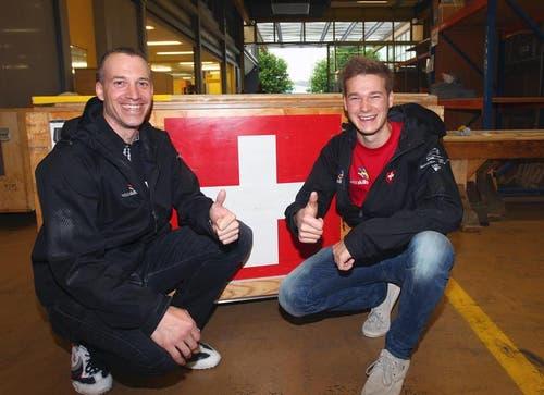 Roger Dähler (links), Experte Plattenleger aus Weggis, mit seinem Schützling Mike Brunner. (Bild: pd)