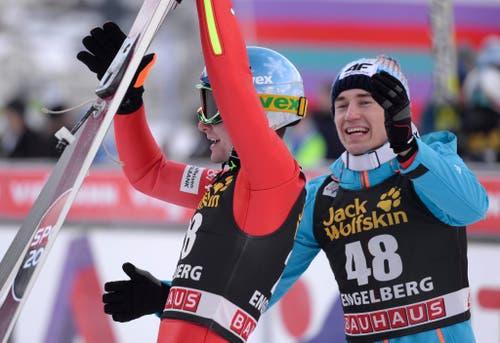 Kamil Stoch (rechts) und Jan Ziobra (links) freuen sich über einen gelungenen Sprung. (Bild: URS FLUEELER (KEYSTONE))