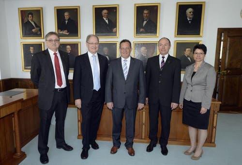 Der neu zusammengesetzte Obwaldner Regierungsrat mit Franz Enderli (CSP), Hans Wallimann (CVP), Paul Federer (FDP), Niklaus Bleiker (CVP) und Maya Büchi-Kaiser (FDP). (Bild: Keystone)