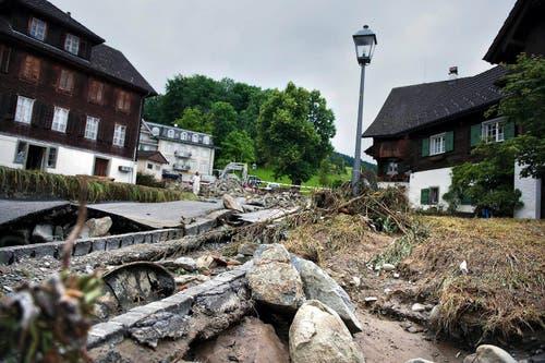 7. Juni: Über das Dorf Dierikon brach ein heftiges Gewitter herein. Das Überlaufen des Götzenpfalbachs forderte zwei Tote. Eineinhalb Wochen später ist die Gemeinde noch immer mit den Aufräumarbeiten beschäftigt. (Bild: Corinne Glanzmann / Neue LZ)