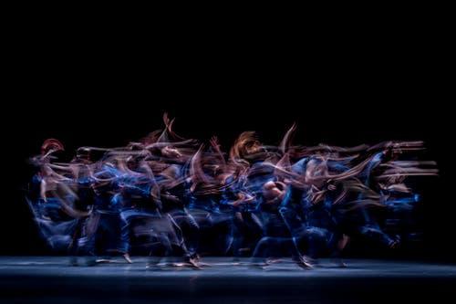 «Das war eine Wucht!», «Ein einzigartiges Erlebnis!», «Können auf höchstem Niveau» – so die Stimmen aus Publikum und Presse zum ersten dreiteiligen Abend des Luzerner Tanzensembles. In drei grundverschiedenen choreografischen Stilen zeigte sich «Tanz Luzerner Theater» auf solch hohem Niveau, dass auch die internationale Tanzzunft aufmerksam wurde und Gastspiele nach Belgien, den Niederlanden und Serbien folgten. Neben «NUTS!» blieb dieses Stück bisher das einzige in der Sparte Tanz, das aufgrund der grossen Nachfrage eine Spielzeit später wieder aufgenommen wurde. «Malasombra» war eine ausdrucksstarke Hommage an die exzentrische Sängerin La Lupe, die humorvolle und bissige Choreografie «Naked Ape» stellte einen zwischen Instinkt und Intellekt zerrissenen Professor dar. Die atemberaubende, radikale Performance «Shades» gab die Party zum Schluss. (Bild: Gregory Batardon)