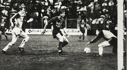 1983: Energischer David Fairclough: Hier kam der Brite gegen seinen Bewacher Süss und Goalie Suter zwar zu spät. Nachher war es dann allerdings umgekehrt. (Bild: Archiv Neue LZ)
