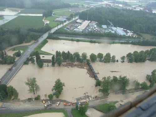 Hochwasser 2005: Die Reuss überschwemmt viel Kulturland, links im Bild die Kantonsstrasse Buchrain - Inwil. (Bild: Schweizer Luftwaffe)