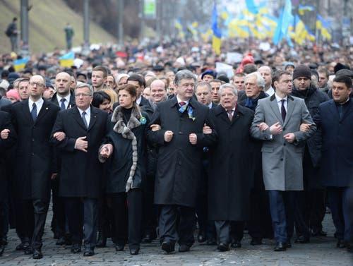 22. Februar: In Kiew und anderen Städten der Ukraine wird der Maidan-Proteste von vor einem Jahr gedacht. Zum «Marsch der Würde» in Kiew hat Präsident Petro Poroschenko mehrere Staatschefs anderer Länder eingeladen. In vorderster Reihe gehen (von links) der Premierminister der Ukraine, Arseniy Yatsenyuk, der polnische Präsident Bronislaw Komorowski, der Staatspräsident der Urkraine, Petro Poroschenko und (links von ihm) seine Frau Maryna sowie der Deutsche Bundespräsident Joachim Gauck. (Bild: EPA / Jacek Turczyk)
