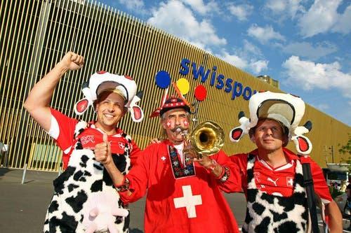 Trompeten Sigi und zwei Fans vor der swissporarena. (Bild: Philipp Schmidli / Neue LZ)