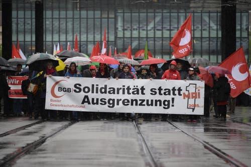 """Basel: Demonstranten tragen Transparente mit der Aufschrift """"Solidarität statt Ausgrenzung"""" beim traditionellen 1. Mai-Umzug. (Bild: Keystone)"""