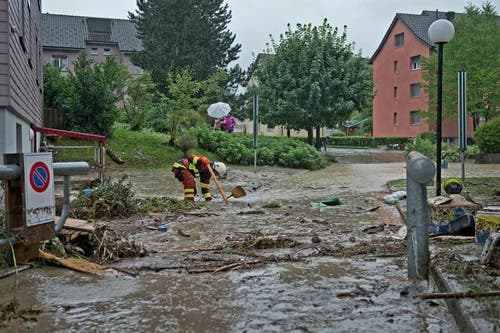 28. Juli: Heftige Niederschläge haben in der Zentralschweiz zahlreiche Bäche über die Ufer treten lassen und zu kleinen Erdrutschen geführt. Am meisten betroffen war der Kanton Luzern. Weitere Überschwemmungen gab es im Kanton Obwalden. (Bild: Pius Amrein / Neue LZ)