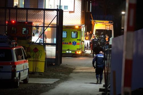 18. Februar: Die Zuger Polizei stürmt in Steinhausen eine Asylunterkunft. Dies, nachdem ein Iraner (39) und eine Irakerin (35) gedroht hatten, sich selbst und ihrem vierjährigen Kind mit einem Messer Schaden zuzufügen. (Bild: Maria Schmid / Neue ZZ)
