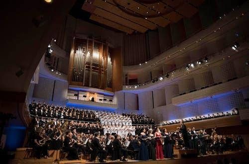 Das Lucerne Festival Orchestra unter der Leitung von Riccardo Chailly und unter Mitwirkung des Chor des Bayerischen Rundfunks, des Latvian Radio Choir, Orfeón Donostiarra, des Tölzer Knabenchor und zahlreichen Solisten. (Bild: Priska Ketterer)