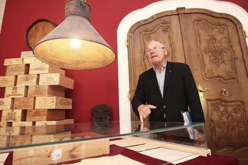 Jo Müller, Kurator der Ausstellung, präsentiert die Gegenstände. (Bild: Manuela Jans/Neue LZ)