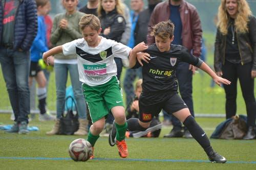 Nachwuchsspieler des SC Kriens und des FC Aarau im Zweikampf. (Bild: Martin Meienberger)