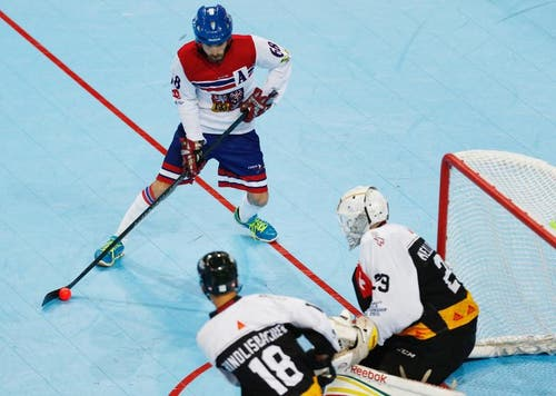 Ein tschechischer Spieler (blauer Helm) dringt gefährlich nah vors Tor der Schweizer vor. (Bild: Stefan Kaiser (Neue ZZ))
