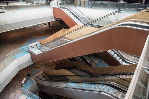 Vom Nachbarn geliefert: Rolltreppen von Schindler, noch im Montagestadium. (Bild: Nadia Schärli/LZ)