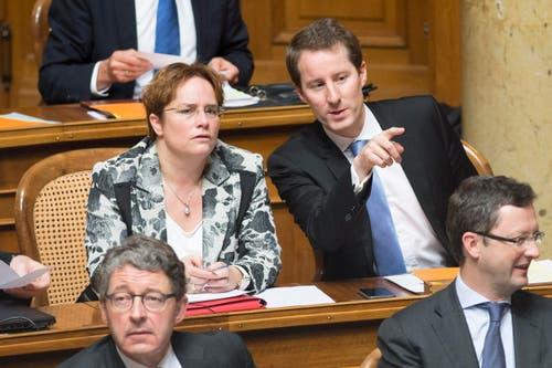 Die SVP-Nationalräte Thomas Aeschi, ZG, rechts, und Magdalena Martullo-Blocher, GR, unterhalten sich während den Bundesratswahlen. (Bild: KEYSTONE / PETER SCHNEIDER)