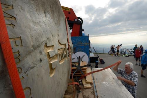 31. Juli: Wegen dem ähnlichen Aussehen des Berges Emei in China und der Rigi werden Gesteine ausgetauscht. Der tonnenschwere Brocken aus China trifft auf Rigi Kulm ein, wo er auf einer Windrose platziert werden soll. (Bild: Nadia Schärli / Neue LZ)