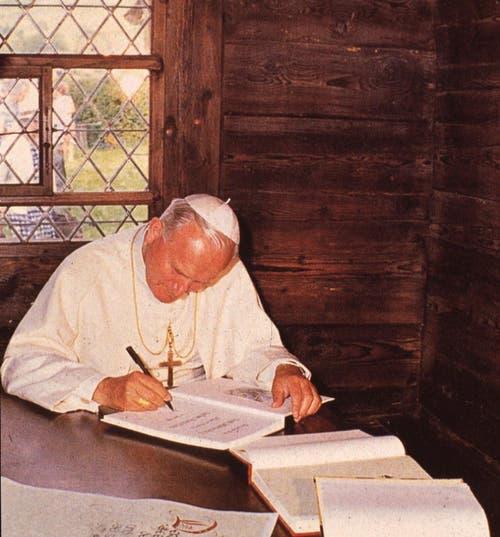 Papst Johannes Paul II am 14. Juni 1984 im Wohnhaus des Bruder Klaus in Flüeli-Ranft. (Bild: Neue OZ / Josef Reinhard)