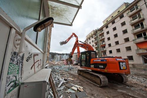 Riesige Bagger zerstückeln aktuell die Siedlung Himmelrich 3. (Bild: Dominik Wunderli / Neue LZ)