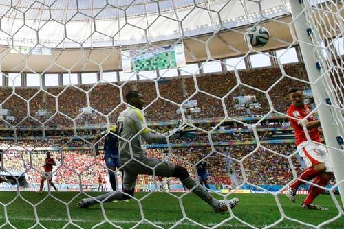15. Juni: Haris Seferovic trifft beim Startspiel der Schweizer Elf an der WM in Brasilien in der Nachspielzeit zum 2:1 gegen Ecuador. (Bild: Keystone)