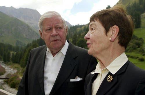 Hannelore (Loki) Schmidt und Alt-Bundeskanzler Helmut Schmidt auf einem kurzen Spaziergang, aufgenommen am Freitag, 1. August 2003, in Samnaun, Graubünden. Helmut Schmidt hielt damals in Samnaun die 1. August-Festrede. (Bild: Keystone)
