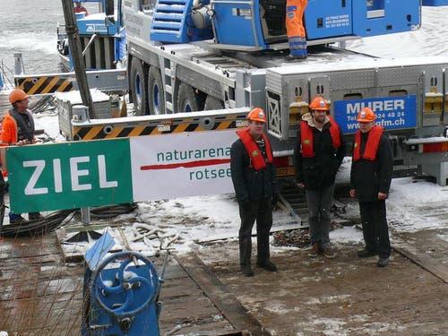 Sie freuen sich auf den neuen Zielturm: (von links) Felix Howald, Präsident Verein Naturarena Rotsee. Mario Gyr, Ruderer. und Urs Hunkeler, Vorstand Naturarena Rotsee. (Bild: PD)