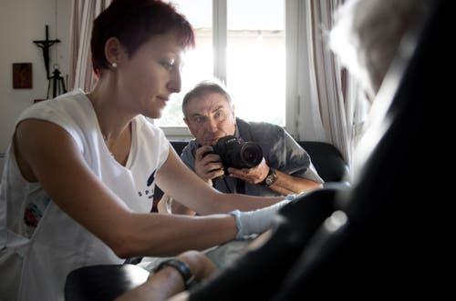26. August: Der Starfotograf Tom Stoddart ist mit der Spitex Nidwalden unterwegs. Normalerweise rückt er Prominente ins rechte Licht: Eine Woche zuvor hat er Schauspielerin Angelina Jolie in Myanmar abgelichtet. (Bild: Corinne Glanzmann / Neue NZ)