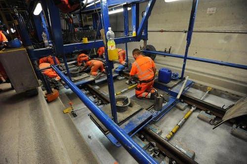 Beim Betonieren der Fahrbahn müssen die Arbeiter schweisstreibende Handarbeit verrichten. (Bild: Urs Hanhart/Neue UZ)