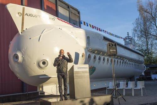 30. Oktober: Betrand Piccard spricht vor dem herausgeputzten U-Boot «Auguste Piccard» im Verkehrshaus der Schweiz in Luzern. Bertrand Piccard nimmt an den Feierlichkeiten zum Abschluss der Restaurierungsarbeiten teil. (Bild: Keystone / Sigi Tischler)