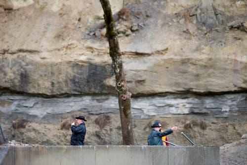 Feuerwehrleute inspizieren die Schäden. (Bild: Keystone / Urs Flüeler)