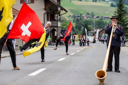 """""""Alphornbläser- und Fahnenschwingervereinigung Uri"""" beim Umzug am Sonntag. (Bild: Keystone/ALEXANDRA WEY)"""