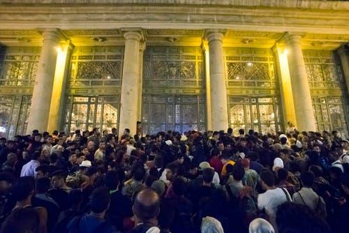 31. August: Flüchtlinge drängen nach Europa. Am Ostbahnhof in Budapest warten hunderte gestrandeter Migranten darauf, einen Zug nach Deutschland zu ergattern. (Bild: EPA / Zoltan Balogh)