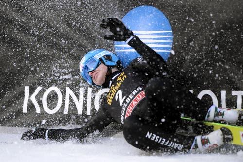 Der Schweizer Andreas Schuler stürzt im Ziel. (Bild: URS FLUEELER)