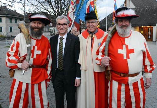 Ein frischgebackener Staatsmann gibt sich die Ehre: Erich Ettlin beim Einzug in seine Gemeinde Kerns. (Bild: Romano Cuonz / Neue NZ)