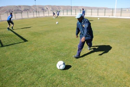 Ali macht für die FCL-Goalies den Ballbuben. (Bild: Daniel Wyrsch)