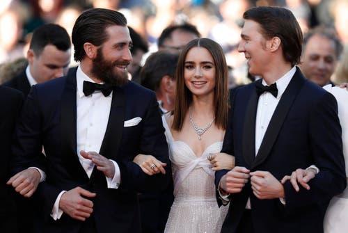 """Der amerikanische Schauspieler Jake Gyllenhaal (links), die britische Schauspielerin Lily Collins (mitte) und Schauspieler Paul Dano machen Werbung für ihren Film """"Okja"""", der gleichzeitig mit dem Kinostart auf Netflix gestreamt wird. Während der Premiere in Cannes wurde der Film deshalb zunächst ausgebuht. (Bild: EPA/Ian Langsdon)"""