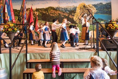 Kinder von der Kindertrachtengruppe Weggis bei er Vorführung in der vollen Turnhalle. (Bild: Roger Grütter (LZ))
