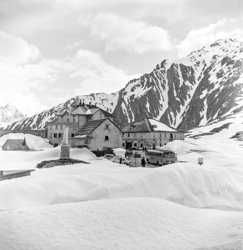 Das Hospiz auf der Passhöhe am Gotthardpass aufgenommen bei noch winterlichen Verhaeltnissen im Mai 1965. (Bild: Keystone)